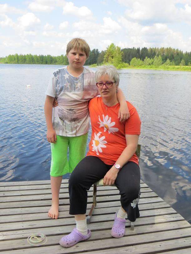 Pia Jussila ja hänen miehensä veljenpoika Johannes joutuivat kalan hyökkäyksen kohteeksi uintireissulla.