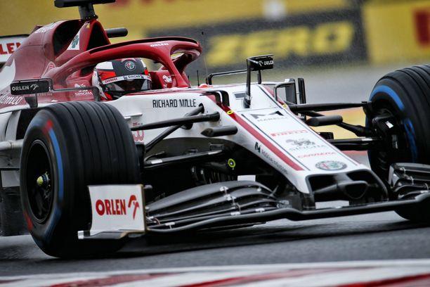 Kimi Räikkönen joutui ahkeroimaan sateisella Hungaroringin radalla.
