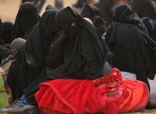 Kuvassa Baghozista pois päässyt nainen. Ylen vierailemalla Isis-leirillä suomalaisia oli yli 40.