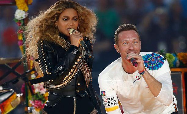 Beyoncé ja Chris Martin viihdyttivät katsojia väliajalla.