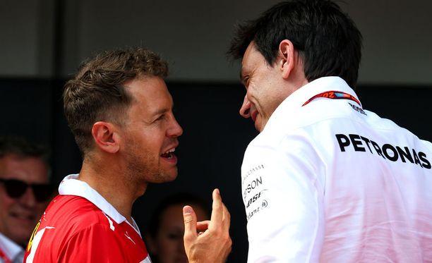 Sebastian Vettel ja Toto Wolff ovat hyvää pataa keskenään.