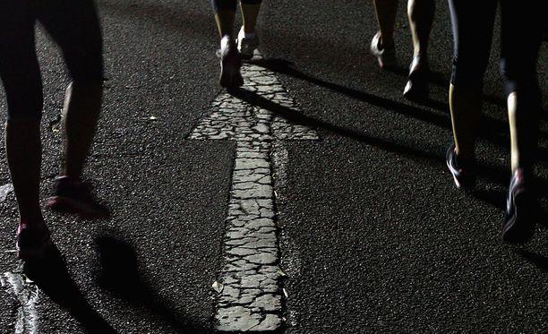 Ugandalaisvalmentaja pidätettiin muutama viikko takaperin epäiltynä kolmen juoksijatytön raiskauksesta.