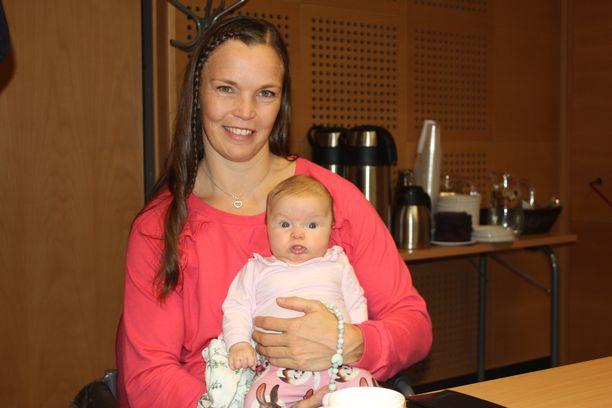 Tero Pitkämäen puoliso Niina Kelo oli tiedotustilaisuudessa paikalla pienen Jessi-tyttären kanssa.
