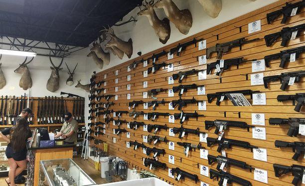 Asekauppa Yhdysvalloissa.