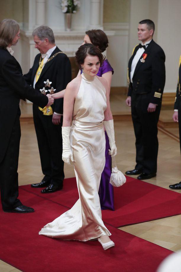 Näyttelijä Jonna Järnefelt saapui juhliin pitkässä, samppanjanvärisessä puvussa.