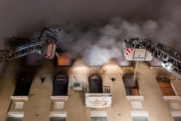 Yli sata vuotta vanha talo syttyi tuleen Moskovan keskustassa sunnuntain ja maanantain välisenä yönä. Kahdeksan ihmistä menehtyi.