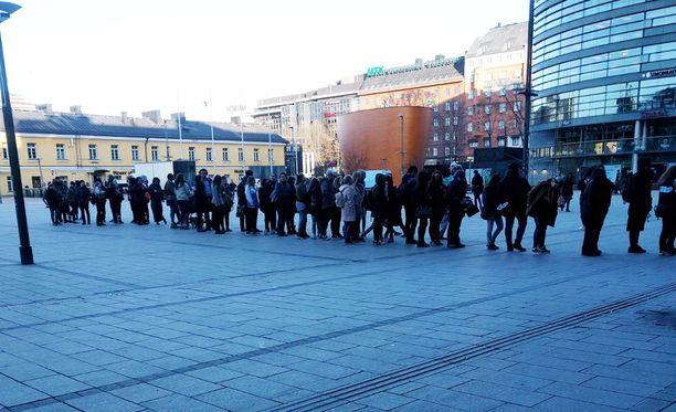 Ilmainen jäätelö sai jonottajat liikkeelle Helsingissä.