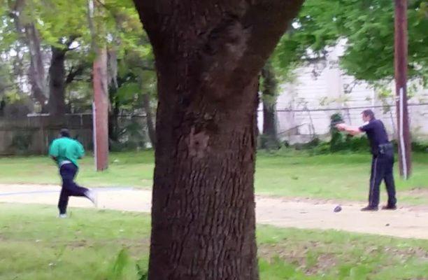 Scott juoksi hitaasti karkuun, kun Slager veti aseensa esiin ja ampui häntä viidesti selkään.