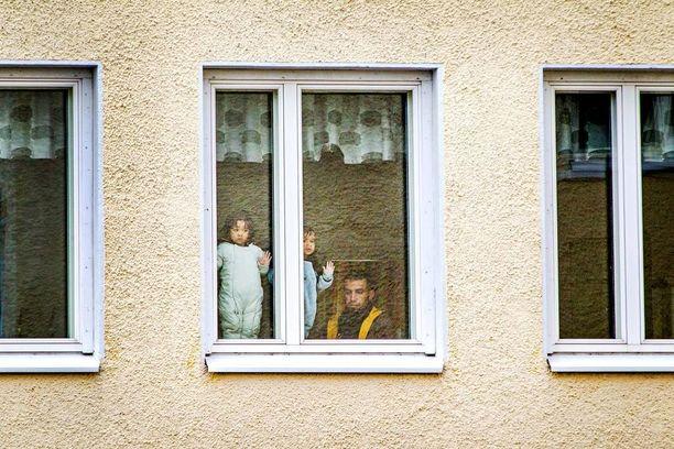 Perhe odottaa hakemuksensa käsittelyä järjestelykeskuksessa.