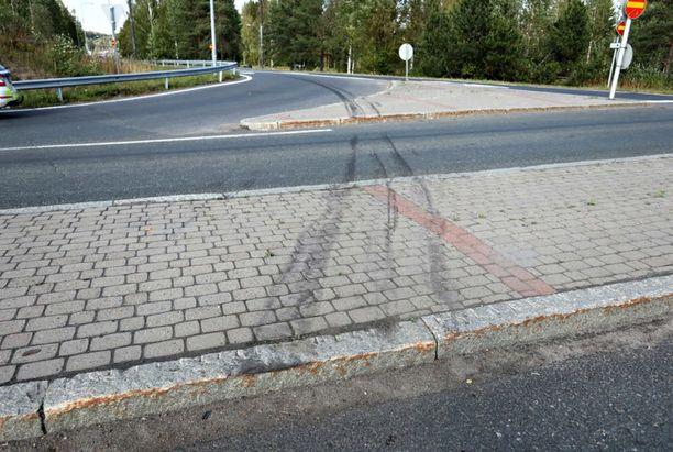 Onnettomuuspaikalla näkyi poliisin kuvatessa, kuinka bussi oli tullut rampista ylös.