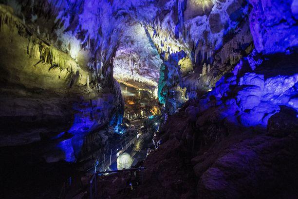 Mittava luolaverkosto on paitsi matkailukohde, myös lepakoiden suosima asuinpaikka.