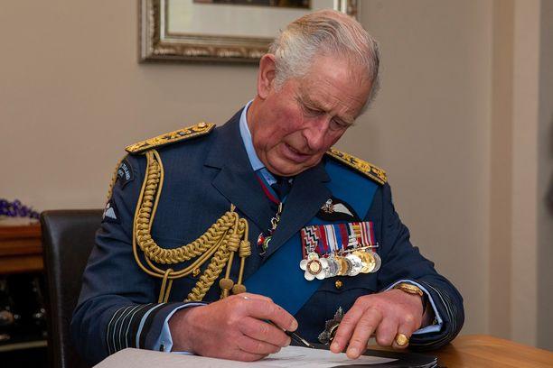 Prinssi Charles uhkaa sulkea shekkivihkonsa.
