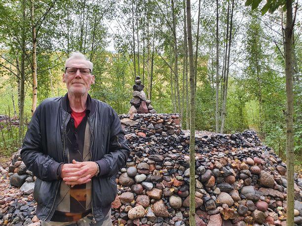 Kaj Kajander on asetellut jokaisen kiven käsin paikoilleen.