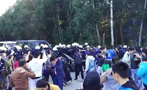 Poliisi käytti joihinkin mielenosoittajiin OC-kaasua saattaessaan pakkopalautettavia turvapaikanhakijoita pois vastaanottokeskuksesta.