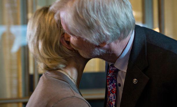 Margot Wallströmin ja Erkki Tuomiojan tapaaminen päättyi poskisuudelmaan.