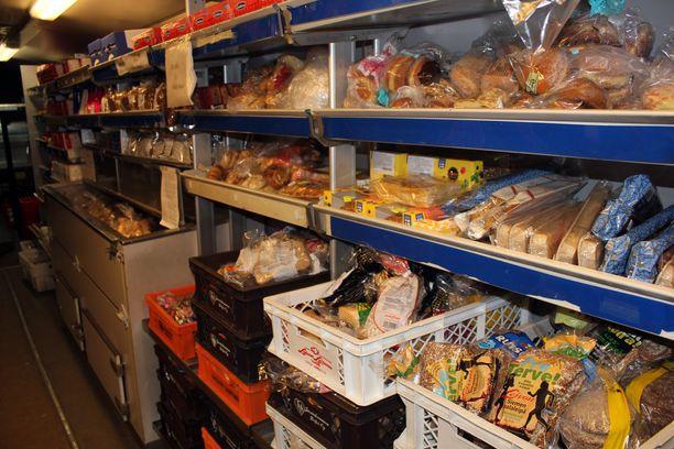 RuokaNyssen hyllyissä on monenlaista ruokatarviketta.