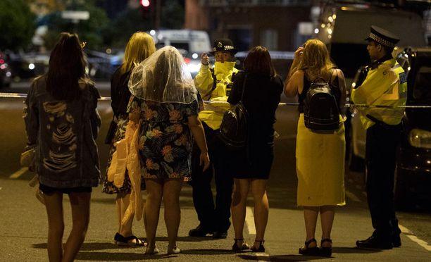 Poliisi ohjaamassa ihmisiä London Bridgen ja Borough Marketin alueilla.