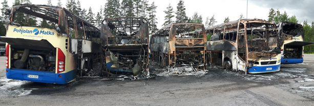 Viisi linja-autoa paloi yöllä korjauskelvottomaan kuntoon.