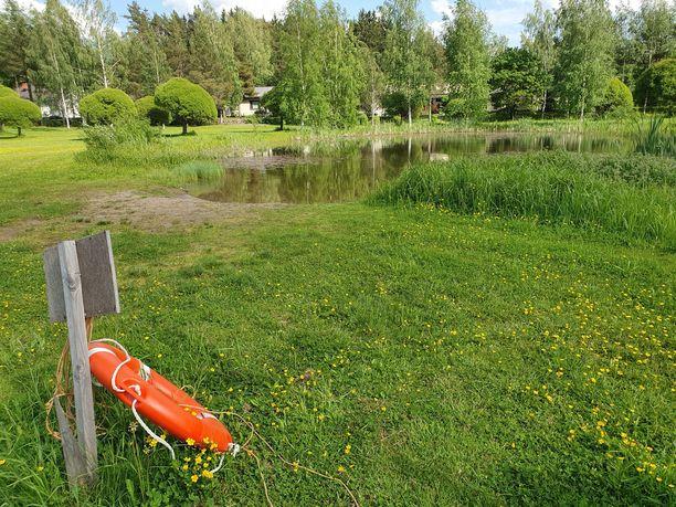 Emman lampi on kaivettu kostealle alueelle 1990-luvun alussa ja syvennetty kunnan toimesta myöhemmin. Se on asuinalueen suosittu uimapaikka lapsille, mutta pulahtaa syvän lammen vilpoiseen veteen joskus aikuisetkin.