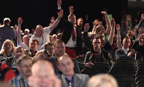 Jussi Halla-ahon mukaan tässä kuvassa ei tehdä natsitervehdyksiä, vaan äänestetään perussuomalaisten presidenttiehdokkaasta.