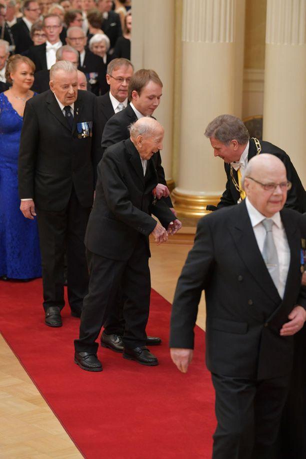 Presidentti Sauli Niinistö poimi sotaveteraanin pudonneen kävelykepin lattialta.