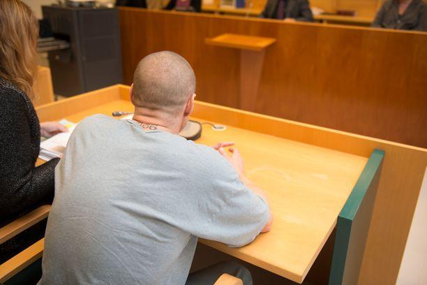 Syytetty on tatuoinut niskaansa numerosarjan 666.