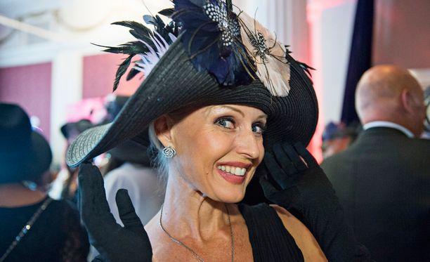 Kirjailija Laura Paloheimo viimeisteli itse näyttävän hattunsa.