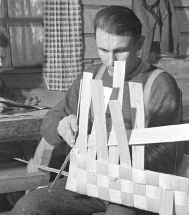 JR30:n tuusniemeläinen ylikersantti Armas Ronkainen kiskomassa päreitä ja tekemässä pärevakkaa etulinjan korsussa Syvärin rintamalla syyskuussa 1942.