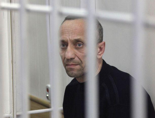 Mihail Popkov istuu valmiiksi elinkautista 22 murhasta. Arkistokuva vuodelta 2015, jolloin hänet tuomittiin.