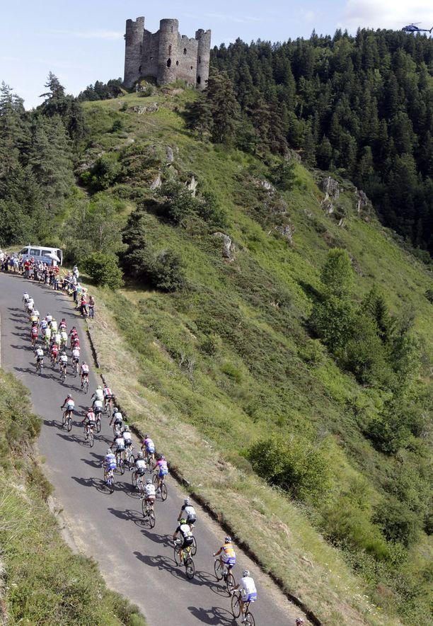 Pyöräkilpailu laaksossa Château d'Alleuzen raunioiden alapuolella.