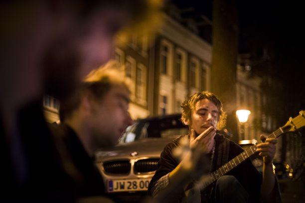 Kannabiksen käyttäjiä Amsterdamissa 2012.