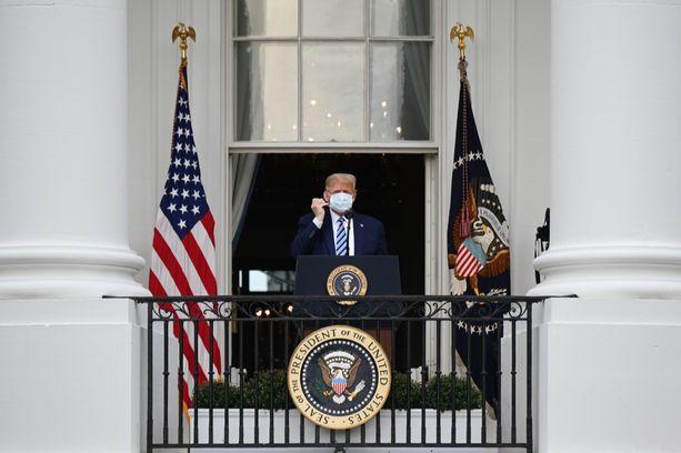 Donald Trump puhui Valkoisen talon parvekkeelta.