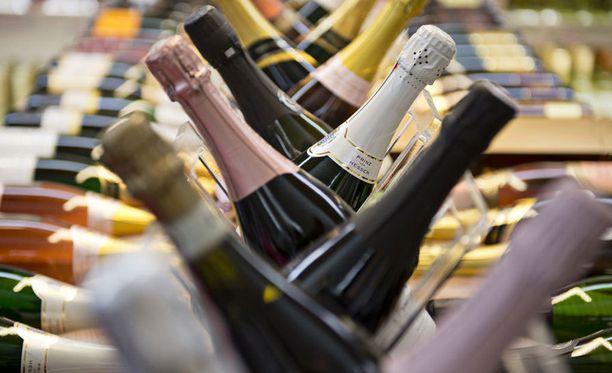 Viinit halutaan pitää jatkossakin pois ruokakauppojen hyllyiltä.