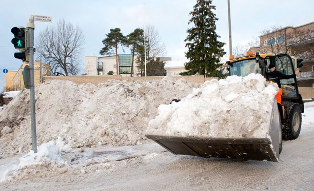 Vuonna 2012 kärvisteltiin Helsingissä lumikaaoksessa, eivätkä rakennusviraston lumiaurakuljettajat saaneet sulatella kinkkujaan rauhassa.