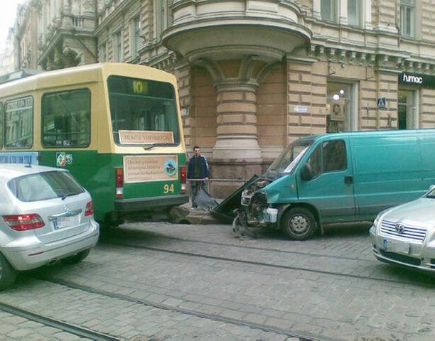 Raitiovaunu osoittautui pakettiautoa kestävämmäksi Yrjönkadun ja Pikku-Roobertinkadun risteyksessä Helsingissä.
