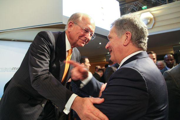 Münchenin turvallisuuskonferenssin puheenjohtaja Wolfgang Ischinger tervehti Niinistöä perjantaina.