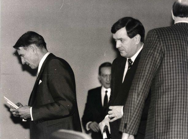 Mauno Koivisto (sd) ja Paavo Väyrynen (kesk) kuvattuna presidentinvaalien yhteydessä vuonna 1988. Taustalla kokoomuksen Harri Holkeri.
