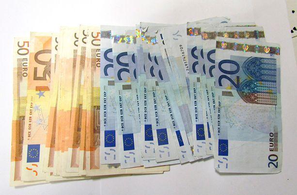 Poliisi on takavarikoinut tuhansia euroja rahaa.