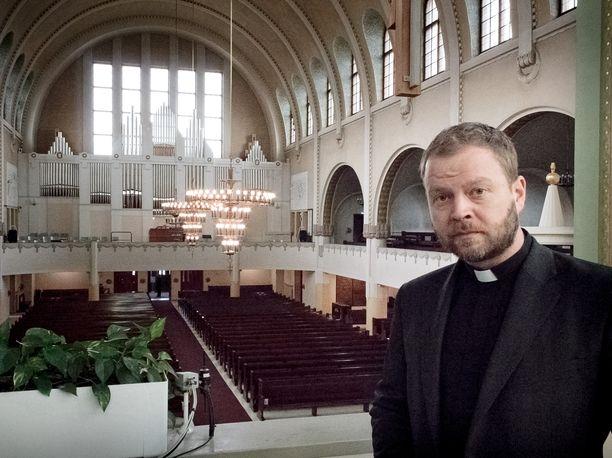 Nykyinen Helsingin piispa Teemu Laajasalo kuvattuna Kallion kirkossa huhtikuussa 2017.