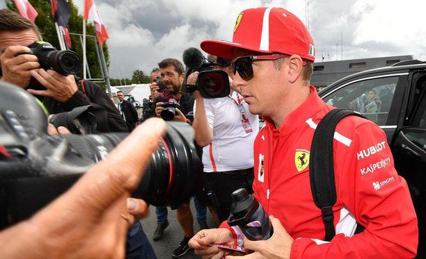 Vuodesta 2014 lähtien Ferrarilla ajanut Kimi Räikkönen vaihtaa kahdeksi seuraavaksi vuodeksi Sauberin ajohaalareihin.
