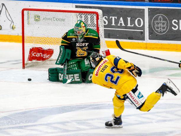 Ilveksen Riku Helenius torjui Jukureita vastaan 22 laukausta. Kuvassa maalintekoa yrittää mikkeliläisten Janne Tavi.