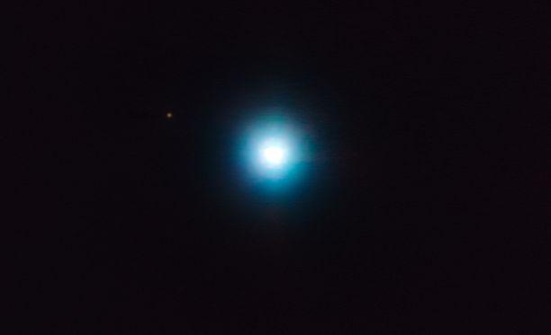 Havaittu planeetta on himmeä piste tähdestä hieman ylös ja vasemmalle.