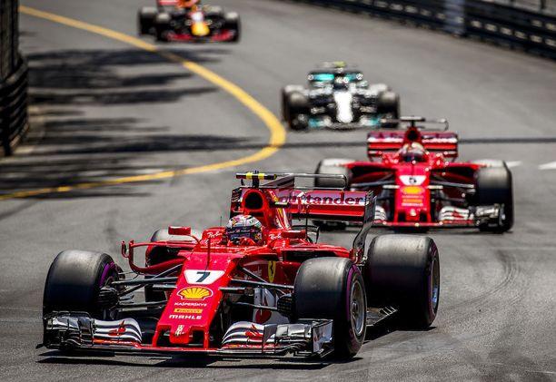 Monacossa Kimi Räikkönen ja Sebastian Vettel lähtivät heti karkuun muilta.