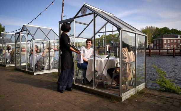 Amsterdamilaisravintola on sijoittanut asiakkaansa tällaisiin koppeihin.