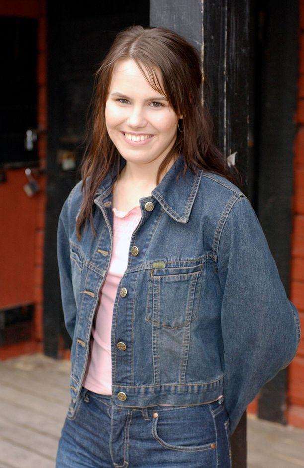 Vuonna 2002 18-vuotias Anne Mattila näytti farkkuasussaan hyvin nuorelta. Edellisenä vuonna hän oli julkaissut jättihittinsä Asfalttiviidakko.