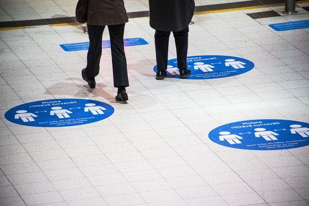 Matkustusrajoitusten kiristyksistä valmistellaan parhaillaan esitystä ministeriöissä.