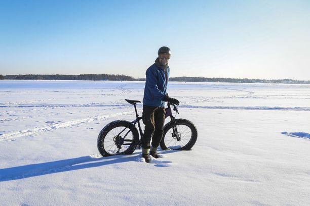 Aktiiviset suomalaiset saattavat pyöräillä jopa lumihangessa. Samaan tuskin pystyvät tutkimuksen kärjessä olevat sveitsiläisetkään. Kuvituskuva.