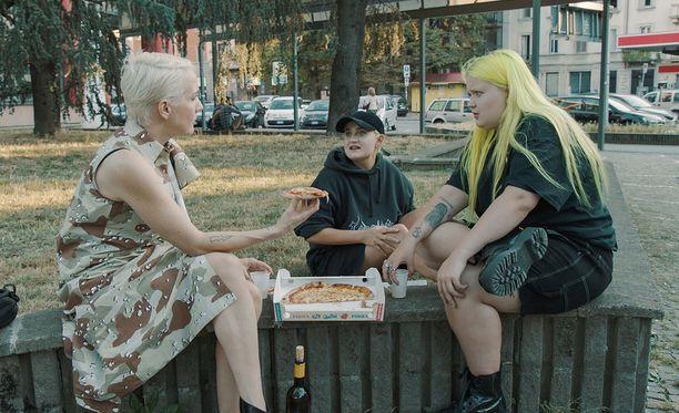Maria Veitola seuraa Alman ja Annan festarimatkaa Italiassa. Kolmikko ehtii myös pizzalle.