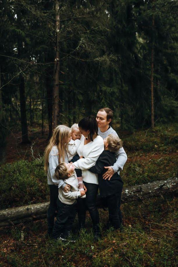 Jukka Oksaharjulla ja hänen puolisollaan on neljä lasta.
