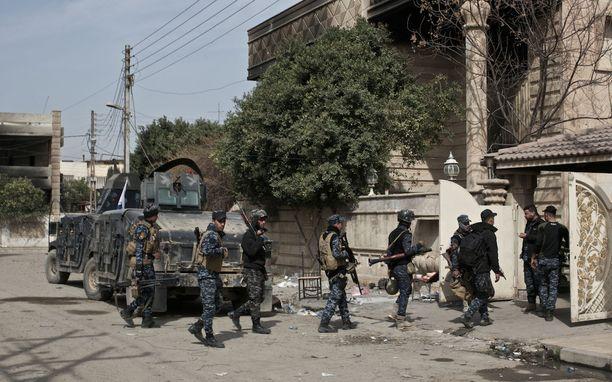 Länsi-Mosul on vanha ja tiiviisti asutettu kaupunki. Siellä käydään haastavaa kaupunkisotaa. Kuvassa Irakin joukkojen sotilaita.